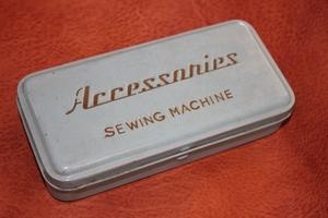 ミシンのブリキ工具箱